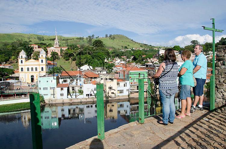 Turistas em Pirapora do Bom Jesus - SP, 04/2014. cidade situada na margem do Rio Tietê poluido - área metropolitana de São Paulo.