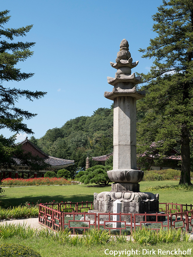 Pohyon-Tempel in den Myohyang-Bergen, Nordkorea, Asien<br /> Pohyon temple  in Myoohyang-Mountains, North Korea, Asia