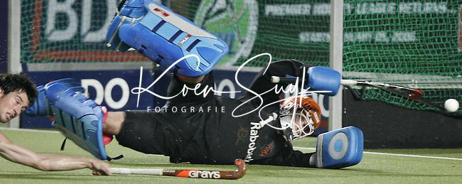 CHENNAI-Champions Trophy hockey mannen. Doelman Guus Vogels stopt in de laatse minuut nog een inzet van de Spanjaard , dinsdag tijdens de wedstrijd Nederland-Spanje. ANP PHOTO KOEN SUYK