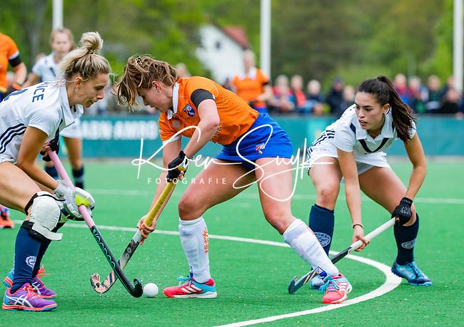 BLOEMENDAAL -   Myrthe van Kesteren (Bldaal) met Gabi Nance (Pin) en Stella van Gils (Pin)  , Libera hoofdklasse hockey Bloemendaal-Pinoke (0-0). COPYRIGHT KOEN SUYK
