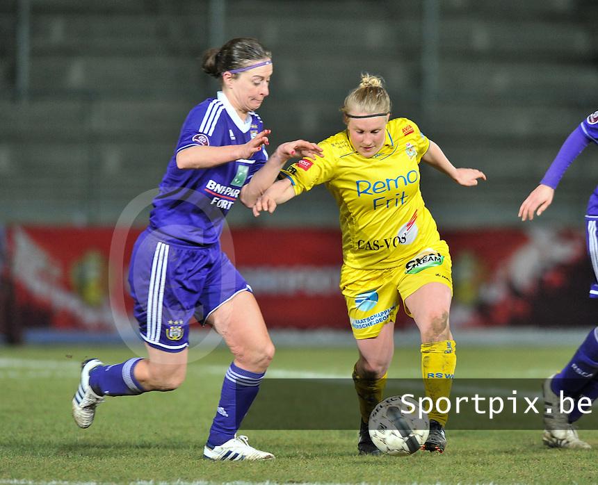 Waasland Beveren Sinaai Girls - RSC Anderlecht : duel tussen Cynthia Browaeys (links) en Wiene Van Guyse .foto DAVID CATRY / Nikonpro.be
