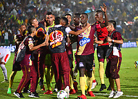 IBAGUÉ - COLOMBIA, 17-11-2018: Jugadores de Tolima celebran la victoria y su paso a la semifnal después del partido por los cuartos de final, vuelta, de la Liga Águila II 2018 entre Deportes Tolima e Independiente Santa Fe jugado en el estadio Manuel Murillo Toro de la ciudad de Ibagué. / Players of Tolima celebrate the victory and the  classification to the semifinal after Quarter Final second leg match as a part of Aguila League II 2018 between Deportes Tolima and Independiente Santa Fe played at Manuel Murillo Toro stadium in Ibague city. Photo: VizzorImage / Juan Carlos Escobar / Cont