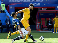 KAZAN - RUSIA, 16-06-2018: Nabil Fekir jugador de Francia disputa el balón con Mile Jedinak jugador de Australia durante partido de la ronda de grupos de la Copa Mundo FIFA 2018 Rusia. / Nabil Fekir player of France vies for the ball with Mile Jedinak player of Australia during match of the groups phase as part of the 2018 FIFA World Cup Russia. Photo: VizzorImage / Julian Medina / Cont