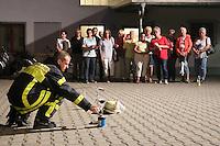 Goddelau 07.09.2016: Landfrauen besichtigen die Goddelauer Feuerwehr<br /> Tim Steinmann bei der Demonstration des Fettbrands f&uuml;r die Landfrauen<br /> Foto: Vollformat/Marc Sch&uuml;ler, Sch&auml;fergasse 5, 65428 R'eim, Fon 0151/11654988, Bankverbindung KSKGG BLZ. 50852553 , KTO. 16003352. Alle Honorare zzgl. 7% MwSt.
