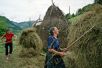 ROMANIA / Maramures / Viseus de Sus / 18.08.2006..A mother and daughter making a haystack for the winter. The younger generation no longer wears folk costume on a daily basis...© Davin Ellicson / Anzenberger