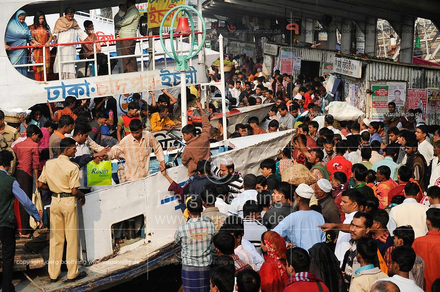 BANGLADESH Dhaka, ferry ship terminal Sadarghat at Buriganga river / BANGLADESCH Dhaka , Faehrschiff Terminal Sadarghat am Buriganga Fluss
