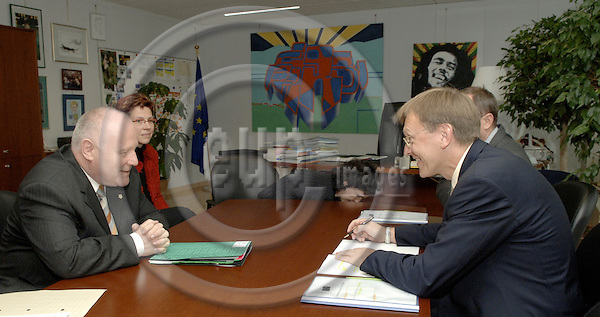 Brussels-Belgium - 31 May 2006---Janez POTOCNIK (ri), European Commissioner in charge of Science and Research, receives Prof. Dr. Georg MILBRADT (le), Prime Minister / President of the Government of the Free State of Saxony / Germany---Photo: Horst Wagner/eup-images