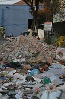 SÃO PAULO, SP, 02 DE MAIO DE 2013 - ENTULHO - Entulhos jogados na rua Leopoldo Figueiredo altura do numero 320,no bairro Vila Carioca, a Prefeitura faz a limpeza dos entulhos semanalmente, mas mesmo assim a noite os caminhões de entulhos descarregam todo o entulho na rua, causando transtornos para as empresas e moradores do local. FOTO:MICHELLE SPREA/BRAZIL PHOTO PRESS