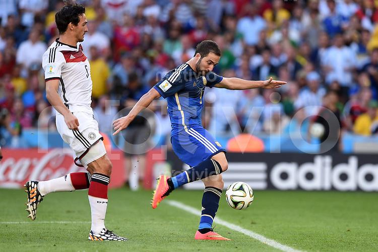 FUSSBALL WM 2014                FINALE Deutschland - Argentinien     13.07.2014 Gonzalo Higuain (re, Argentinien) erzielt sein Abseitstor Mats Hummels (li, Deutschland) kommt zu spaet