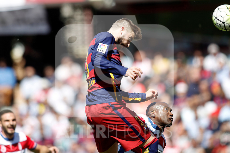 Granada's Jean-Sylvain Babin (r) and FC Barcelona's Gerard Pique during La Liga match. May 14,2016. (ALTERPHOTOS/Acero)