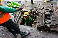 PHILIPPINES, Manila, Chinatown, electric wire works / PHILIPPINEN, Manila, Kabelarbeiten