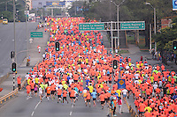 MEDELLÍN -COLOMBIA-08-09-2013. Aspecto La Maratón de las Flores certamen deportivo de calle más importante de la ciudad y el pionero en el país, tuvo recorridos en las distancias de 42, 21, 10, 5 y 2 Kilómetros por las calles de Medellín./ Aspect of the Maraton de las Flores the most important sport event in the city and pioneer in the country had  different tours in the distances of 42, 21, 10, 5 and 2 kms on the streets of Medellin.  Photo:VizzorImage/Luis Ríos/STR