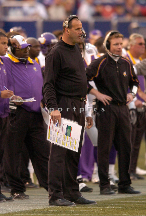 Mike Tice, of the Minnesota Vikings, in action, during their game against the New York Giant, on November 13, 2005...Minnesota wins 24-21..Chris Bernacchi / SportPics