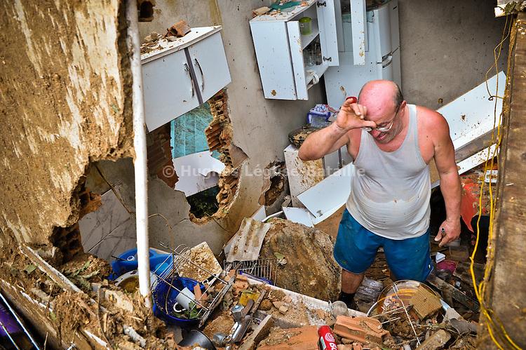 Un habitant du Morro da Carioca à Angra dos Reis tente de récuperer quelques affaires dans les décombres de sa maison le 02/01/2010, alors qu'une vingtaine de personnes sont mortes ou portées disparues suite à un glissement de terrain la nuit du réveillon. Au total, les pluies torrentielles ont provoqué la mort d'environ 50 pesonnes dans cette station balnéaire très prisée des cariocas, à 170km de Rio