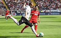 Marco Russ (Eintracht Frankfurt) klaert vor Mathew Leckie (Hertha BSC Berlin) - 21.04.2018: Eintracht Frankfurt vs. Hertha BSC Berlin, Commerzbank Arena