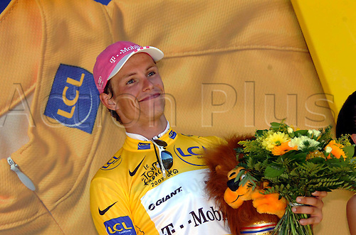 14 July 2007: German cyclist Linus Gerdemann who rides for T-Mobile wearing the leader's yellow jersey after his win on Stage 7 of the Tour de France, in Le Grand-Bornand Photo: Sirotti/Actionplus..cycling man male 070714 joy celebration