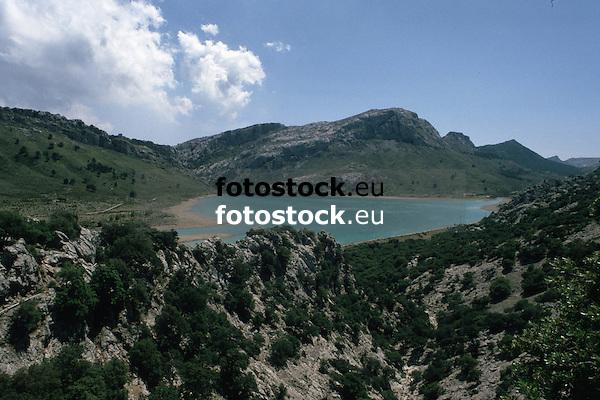 Cuber reservoir in the Tramontana mountains<br /> <br /> Embalse de C&uacute;ber en la Sierra de Tramontana (cat.: Serra de Tramuntana), municipio de Escorca<br /> <br /> <br /> C&uacute;ber-Stausee im Tramontana-Gebirge<br /> <br /> 2613 x 1742 px<br /> 150 dpi: 44,25 x 29,50 cm<br /> 300 dpi: 22,12 x 14,75 cm<br /> Original: 35 mm slide transparency