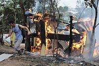 SAO PAULO, SP, 11 de junho 2013- Morador atea fogo em seu Barraco durante a reintegracao de posse feita pela policia militar na Av do Cursino 5000 no Parque Bristol Zona Zul de Sao Paulo no terreno com mais de 80 familia  ADRIANO LIMA / BRAZIL PHOTO PRESS).