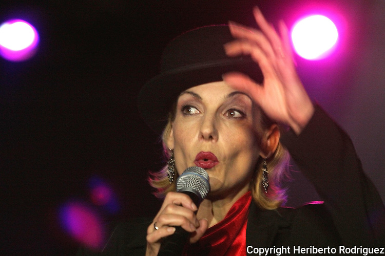 Mexico (27/06/2003): German-born singer Ute Lemper performs his musical Kabaret in a Mexico City's theatre bar, June 27, 2003. / Mexico  (27/06/2003): La cantante nacida en Alemania Ute Lemper canta durante su actuacion en el musical Kabaret en un teatro-bar de la ciudad de Mexico. Photo by © Heriberto Rodriguez