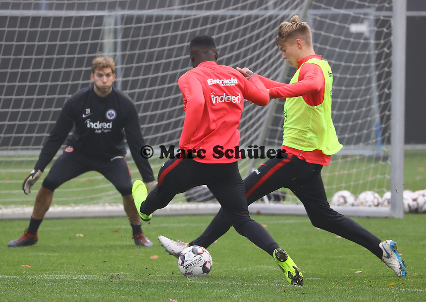 U19 Talent Umar Saho Sarho gegen Noel Knothe (Eintracht Frankfurt) - 14.11.2018: Eintracht Frankfurt Training, Commerzbank Arena, DISCLAIMER: DFL regulations prohibit any use of photographs as image sequences and/or quasi-video.
