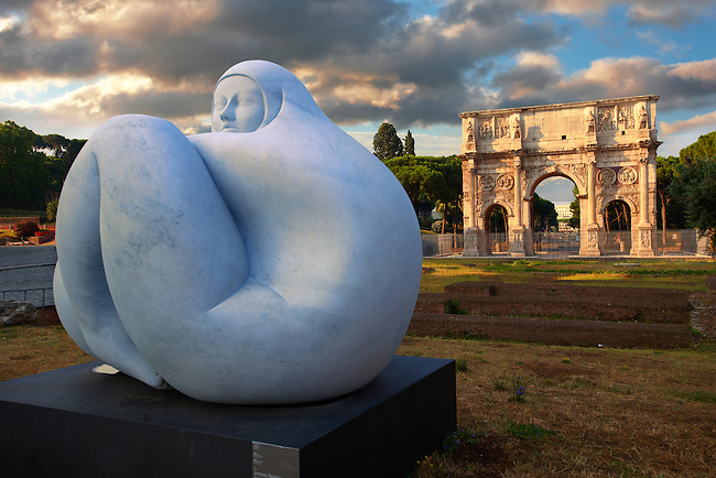 Modern sculpture by Jmenez Deredia next to The Arch Of Constantine . Rome