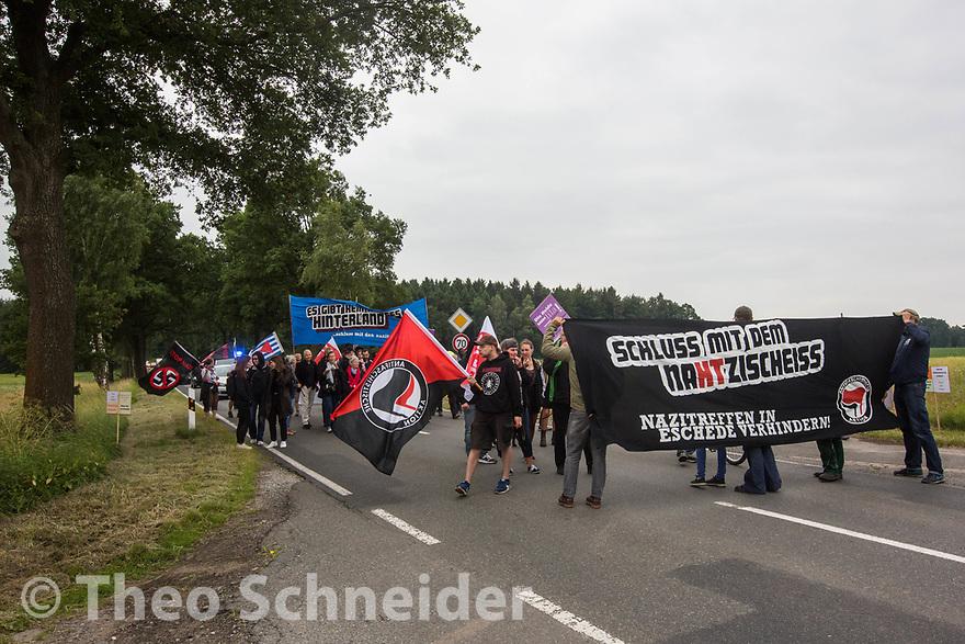 Demonstranten zogen vom Bahnhof bis zum Feldweg des Hof Nahtz, auf dem die Sonnenwendfeier stattfindet. // Protest gegen Sonnenwendfeier auf Hof Nahtz in Eschede (Niedersachsen).