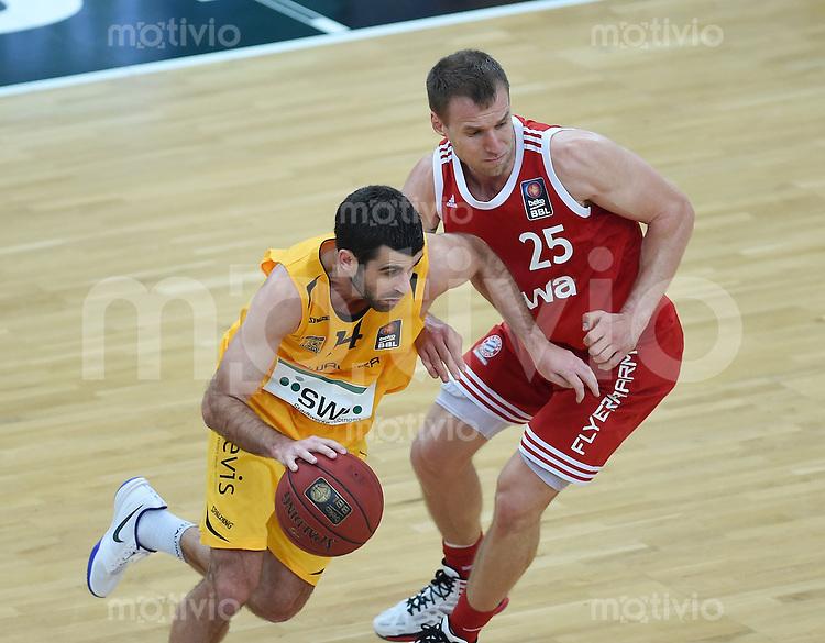 Basketball  1. Bundesliga  2015/2016   Hauptrunde 16. Spieltag  30.12.2015 Walter Tigers Tuebingen -  FC Bayern Muenchen Anton Gavel (re, FC Bayern Muenchen) gegen Jared Jordan (Tigers)