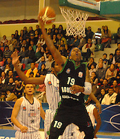 TUNJA -COLOMBIA-05-05-2014. Pierce de Aguilas de Tunja en accion contra   de Piratas de Bogota durante partido de La Liga Directv 1 de baloncesto jugado en el coliseo Departamental de Boyaca . Pierce of Aguilas of Tunja  in action against Pirates Bogota for DirecTV La Liga match 1 Departmental basketball played in the Coliseum Boyaca. Photo: VizzorImage / Jose Miguel Palencia  /  Stringer