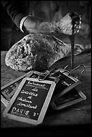 Europe/France/Aquitaine/64/Pyrénées-Atlantiques/Pays-Basque/Hasparren: Dans le séchoir à jambons d' Eric Ospital - Affinage de ses jambons de Bayonne et Ibaiona -  les jambons réservés par des chefs étoilés sont signalés par une ardoise
