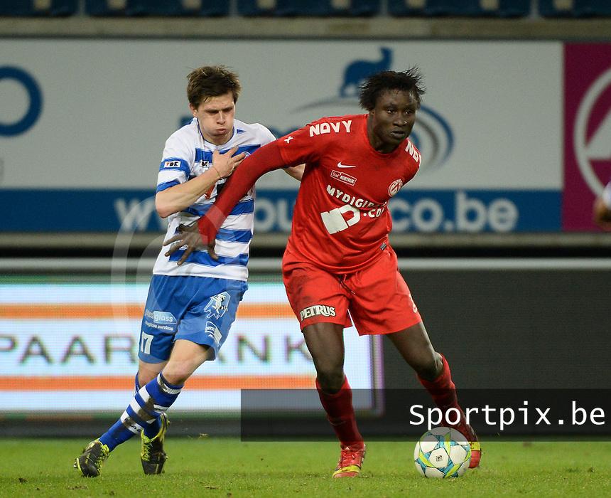 AA Gent - KV Kortrijk : Elimane Coulibaly (rechts) aan de bal voor Hannes Van Der Bruggen (links)<br /> foto VDB / Bart Vandenbroucke