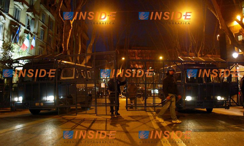 Roma 20/3/2003<br /> Piazza Venezia<br /> Manifestazione contro la guerra in Iraq in Via Veneto, bloccata dalla polizia per impedire l'accesso all'ambasciata americana
