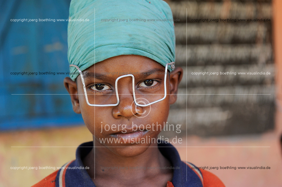 INDIA, state Jharkhand , Chaibasa , village Ulijari , Adivasi boy with toy glasses selfmade from wire / INDIEN, Adivasi Junge mit selbstgebastelter Brille aus Draht