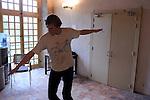 Scopiques....Choregraphie : Anatoli Vassov..Musique : Fernando Garnero..Avec :..Anatoli Vassov..Cadre : fenetre sur cour(s)..Lieu : Fondation Royaumont..Ville : Asniere sur Oise..Le : 13 12 2009..© Laurent PAILLIER / photosdedanse.com..All rights reserved
