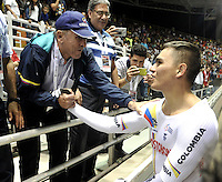 CALI – COLOMBIA – 18-02-2017: Martin Emilio Cochise Rodriguez (Izq.) ex campeón Mundial, felicita a Fabian Puerta (Der.) de Colombia, gana medalla de oro en la prueba Keirin, en el Velodromo Alcides Nieto Patiño, sede de la III Valida de la Copa Mundo UCI de Pista de Cali 2017. / Martin Emilio Cochise Rodriguez (L) former world champion, Congratulates Fabian Puerta (R) of Colombia, win gold medal in the test Keirin, at the Alcides Nieto Patiño Velodrome, home of the III Valid of the World Cup UCI de Cali Track 2017. Photo: VizzorImage / Luis Ramirez / Staff.