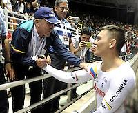 CALI – COLOMBIA – 18-02-2017: Martin Emilio Cochise Rodriguez (Izq.) ex campeón Mundial, felicita a Fabian Puerta (Der.) de Colombia, gana medalla de oro en la prueba Keirin, en el Velodromo Alcides Nieto Patiño, sede de la III Valida de la Copa Mundo UCI de Pista de Cali 2017. / Martin Emilio Cochise Rodriguez (L) former world champion, Congratulates Fabian Puerta (R) of Colombia, win gold medal in the test Keirin, at the Alcides Nieto Patiño Velodrome, home of the III Valid of the World Cup UCI de Cali Track 2017. Photo: VizzorImage / Luis Ramirez / Staff.