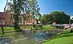 """Kanał Łuczańśki i średniowieczny zamek, wzniesiony przez zakon krzyżacki około roku 1341. Po odrestaurowaniu, mieści się w nim ekskluzywny hotel. """"zamek"""".  Jest to jeden z najcenniejszych i najciekawszych zabytków Giżycka i Krainy Wielkich Jezior Mazurskich."""