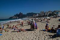 RIO DE JANEIRO, RJ, 23.07.2014 - MOVIMENTAÇÃO DA PRAIA EM IPANEMA NESTA QUARTA FEIRA - , Praia cheia nesta manhã de quart feira na altura do posto 8 em Ipanema, dia 23. (Foto: Marcio Cassol - Brazil Photo Press).