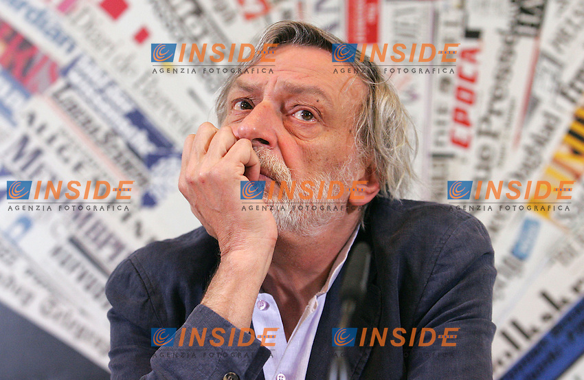 GINO STRADA<br /> Roma 16/04/2010 Conferenza stampa di Emergency al circolo della Stampa Estera per parlare dell'arresto dei tre volontari in Afghanistan e della manifestazione di sabato.<br /> Press conference of Emergency to talk about the three volounteers arrested in Afghanistan and about the demonstration that will take place in rome on Saturday.<br /> Photo Samantha Zucchi Insidefoto