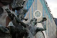 """Leipzig - Blick auf die Fassade des Paulinum am Augustusplatz - wo früher die Paulinerkirche stand - entstand jetzt der neue Campus der Uni Leipzig mit seiner prägnanten Architektur, welche in Form des angedeuteten Umrisses der ehemaligen Kirche an das Gotteshaus erinnert - nach einem Entwurf von Architekt Erik van Egeraat - im Bild: Figur am Mendebrunnen mit Horn - dahinter das Portal mit """"Rosette"""" des Paulinum .  Foto: aif / Norman Rembarz..Jegliche kommerzielle wie redaktionelle Nutzung ist honorar- und mehrwertsteuerpflichtig! Persönlichkeitsrechte sind zu wahren. Es wird keine Haftung übernommen bei Verletzung von Rechten Dritter. Autoren-Nennung gem. §13 UrhGes. wird verlangt. Weitergabe an Dritte nur nach  vorheriger Absprache. Online-Nutzung ist separat kostenpflichtig.."""