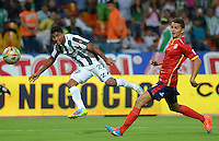 MEDELLÍN -COLOMBIA - 01-03-2015: Luis Carlos Ruiz (Izq) jugador de Atlético Nacional disputa el balón con Francisco J. Palma (Der) jugador de Uniautónoma durante partido por la fecha 7 de la Liga Aguila I 2015 jugado en el estadio Atanasio Girardot de la ciudad de Medellín./ Luis Carlos Ruiz (L) player of Atletico Nacional  fights for the ball with Francisco J. Palma (R) player of Uniautonoma during the match for the  7th date of the Aguila League I 2015 at Atanasio Girardot stadium in Medellin city. Photo: VizzorImage/León Monsalve/STR
