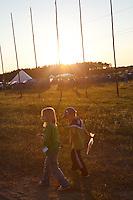Ossian och Elsa Strid i solnedgång. Photo: Magnus Fröderberg/Scouterna