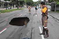 SAO PAULO, SP, 10-02-2013, SOLAPAMENTO. A Av Republica do LIbano proximo a Rua do Gama esta totalmente interditada apartir desse Domingo (10) devido a um grande solapamento, toda a terra que fica por baixo do asfasto foi levada pela agua das chuvas de ontem (9), ha riscos do aumento do buraco.   Luiz Guarnieri/ Brazil Photo Press./