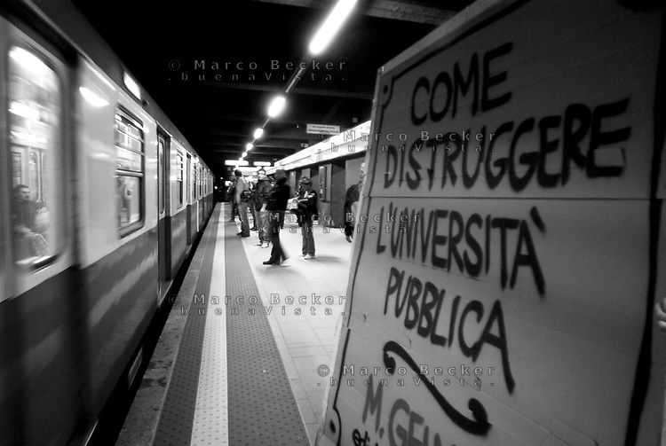 milano, azione di protesta e informazione da parte di studenti del politecnico leonardo contro la riforma dell'istruzione --- milan, an action of protest and information of some students of leonardo Polytechnic University against the school reform