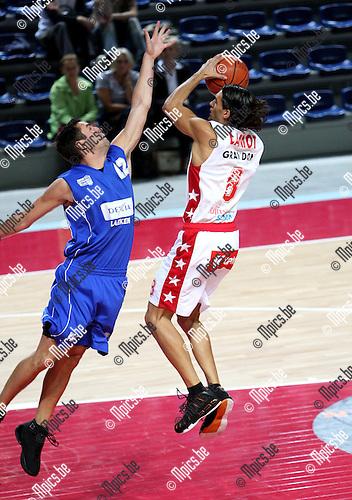 2007-09-25 / Basketbal / Beker van België / Antwerp Diamond Giants - Exc. Brussels / Hoornaert probeert Lamot van Antwerp te stoppen.