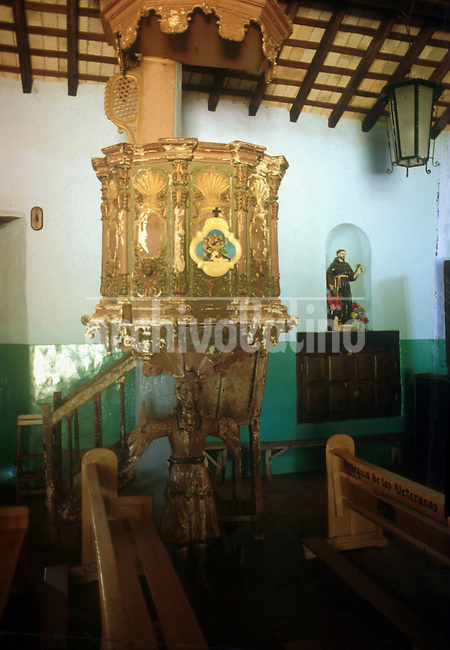 Arte religioso en la iglesia de Piribebuy en el departamento Cordillera. +religion *Religious art  in the church of Piribebuy in Cordillera department+religion *Art religieux dans l'église de Piribebuy. +tourisme, urbanisme, édifices, bâtiments, monuments, religion, scultpure