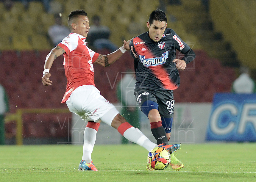 BOGOTÁ -COLOMBIA, 30-10-2014. Francisco Meza (Izq) jugador de Independiente Santa Fe disputa el balón con Jorge Andres Aguirre (Der) jugador de Atlético Junior durante partido de vuelta por la semifinal de la Copa Postobón 2014 jugado en el estadio Nemesio Camacho El Campín de la ciudad de Bogotá./ Francisco Meza (L) player of Independiente Santa Fe vies for the ball with Jorge Andres Aguirre (R) player of Atletico Junior during second leg match for the semifinal of Postobon Cup 2014 played at Nemesio Camacho El Campin stadium in Bogotá city. Photo: VizzorImage/ Gabriel Aponte / Staff