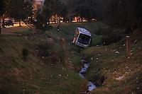 GUARULHOS, SP, 30/07/2012, ONIBUS EM CORREGO. Um micro-onibus caiu em um corrego na Rua Benedito Antonio da Cruz em Guarulhos. Tres pessoas ficaram feridas e foram socorridas pelos bombeiros, após serem retiradas do corrego. Luiz Guarnieri/ Brazil Photo Press.