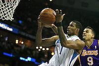 NWO07. NEW ORLEANS (EEUU), 24/04/2011.- El jugador de los Hornets de New Orleans Trevor Ariza (i) salta hacia la cesta luego de superar a Matt Berners (d) de los Lakers de Los Ángeles hoy, domingo 24 de abril de 2011, en un partido de la NBA disputado en el New Orleans Arena en New Orleans (EEUU). EFE/DAN ANDERSON/PROHIBIDO SU USO PARA CORBIS