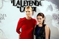 """MADRI, ESPANHA, 17 DE MAIO 2012 - COLETIVA DO FILME A BRANCA DE NEVE E O CACADOR - As atrizes Charlize Theron (E) e Kristen Stewart durante sessao de fotos antes da coletiva do filme """"A Branca de Neve e o Cacador"""", no anfiteatro Gabriela Mistral na Casa de America em Madri, capital da Espanha, nesta quinta-feira, 17. (FOTO: MIGUEL CORDOBA / ALFAQUI / BRAZIL PHOTO PRESS)."""