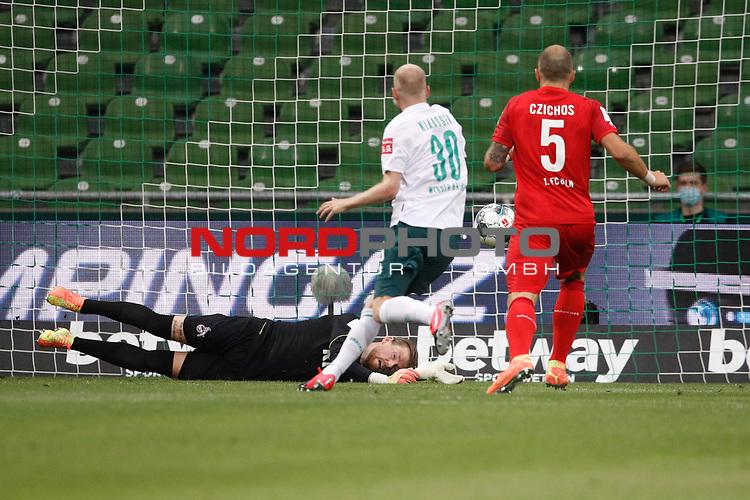 27.06.2020, wohninvest , nphgm001, WESERSTADION, Bremen, Ligaspiel, 1. Bundesliga, SV Werder Bremen vs 1. FC Koeln, im Bild v.l. Timo Horn (1, Koeln) hält eine Chance von Bremen, Davy Klaassen (30, Bremen), Rafael Czichos (5, Koeln)<br /> Foto: Joachim Sielski/Sielski-Press/Pool/gumzmedia/nordphoto<br /><br />DFL regulations prohibit any use of photographs as image sequences and/or quasi-video.<br />EDITORIAL USE ONLY<br />National and international News-Agencies OUT.